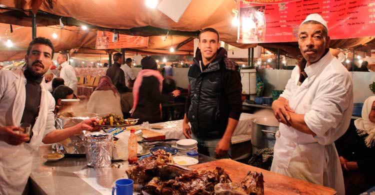 Puesto callejero de comida en Marrakech (iStock)