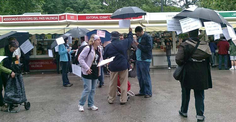 La lluvia es una invitada habitual en la Feria del Libro de Madrid (plataformademadrid06.blogspot.com)
