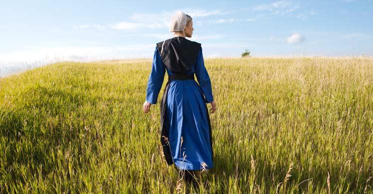 Las mujeres amish deben llevar prendas de manga larga, falda y la cabeza cubierta (iStock)