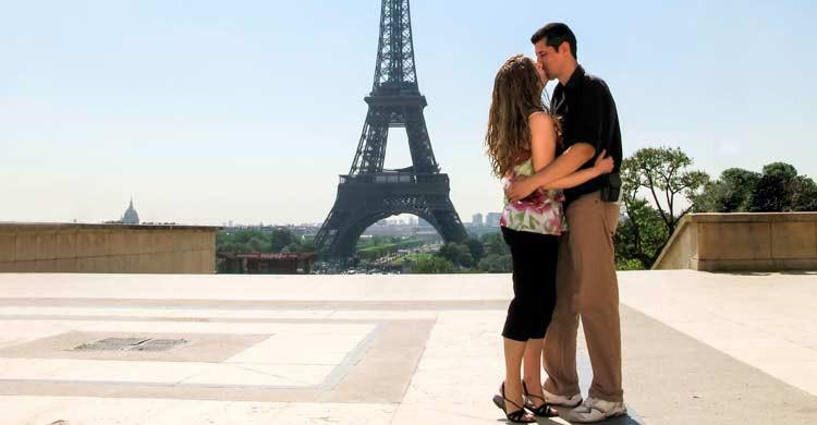 Una pareja con la Torre Eiffel al fondo (iStock)