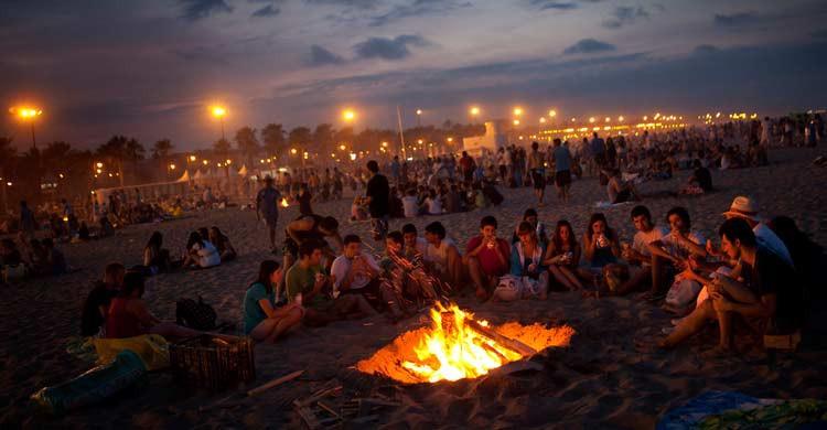 Fiesta de la noche de San Juan en una de las playas de Valencia. Emilio Morenatti (Gtresonline)