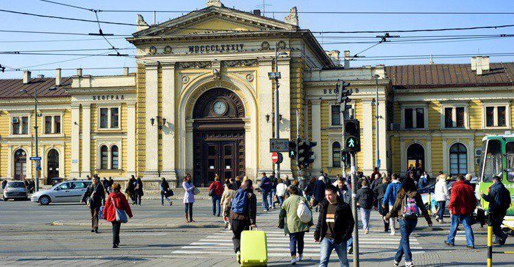 Turistas en las inmediaciones de la estación de tren de Belgrado. Joyt (iStock)