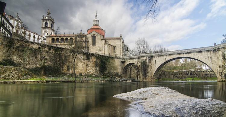 Río, puente romano e iglesia de Sao Gonçalo en Amarante. Homydesign (iStock)