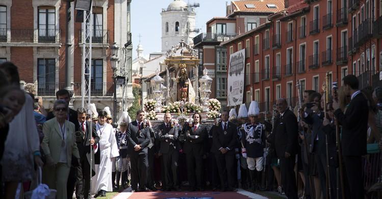 Procesión en fiestas patronales. Iglesia en Valladolid (Flickr)