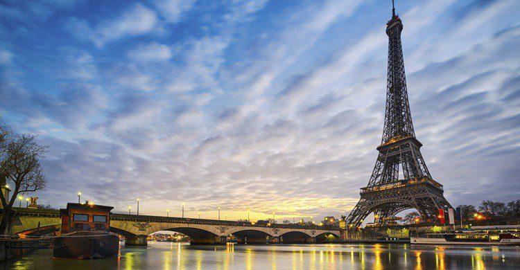 Torre Eiffel y río Sena en París. Mapics (iStock)