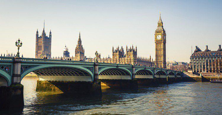 Parlamento y Big Ben en Londres junto al Támesis. Sborisov (iStock)