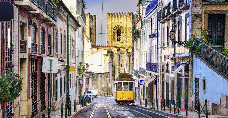 Calle típica de Lisboa con el tranvía. Sean Pavone (iStock)