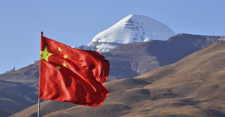 Bandera china junto al monte Kailash. Zanskar (iStock)