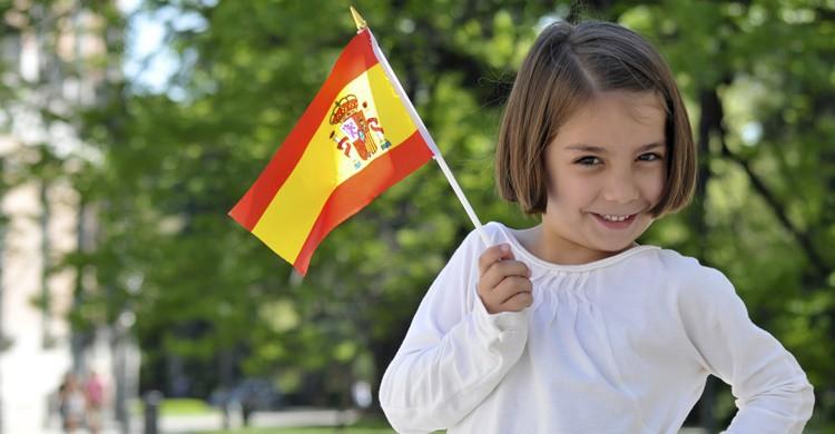 Niña con la bandera de España. Kairos69 (iStock)