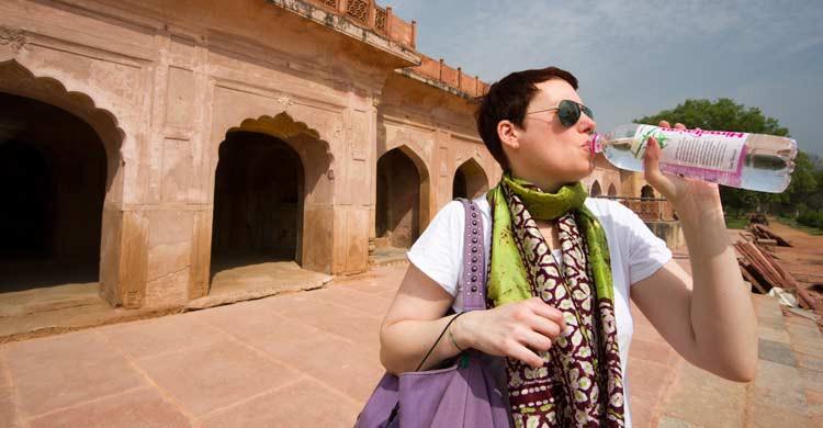 Beber agua mineral embotellada es imprescindible en tu viaje a la India (iStock)