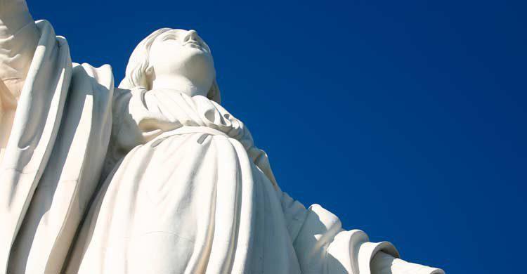 Imagen de la Virgen María en el cerro San Cristóbal (iStock)