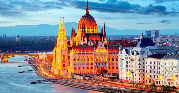 Imagen del Parlamento de Budapest al anochecer (iStock)