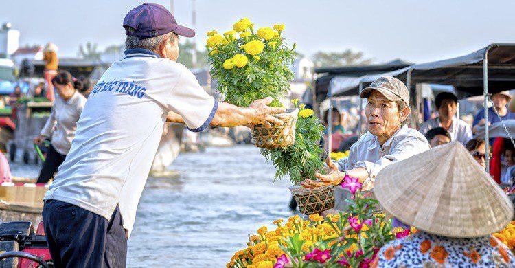 Mercadillo flotante en el delta del Mekong. HuyThoai (iStock)