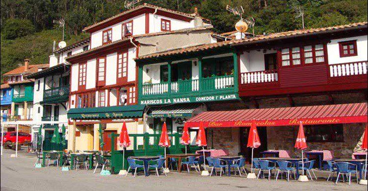 Restaurante Rompeolas, a la derecha (http://www.asturiasenimagenes.com)