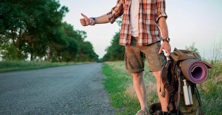 No te sitúes cerca de otras personas que ya estén haciendo autostop (iStock)