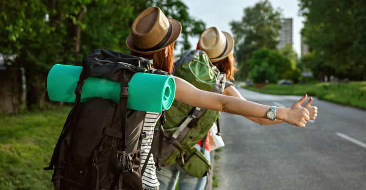 Las salidas de las ciudades y pueblos son buenos lugares donde situarse para hacer autostop (iStock)