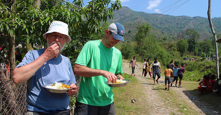 Comiendo dal bhat en Nayasanghu. Richard Friedericks (Foter)