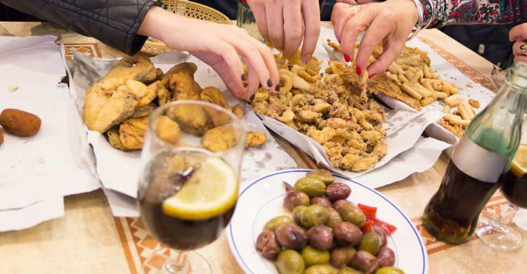 En Cádiz puedes disfrutar de sabrosas frituras de pescado, conocidas como surtidos (iStock)