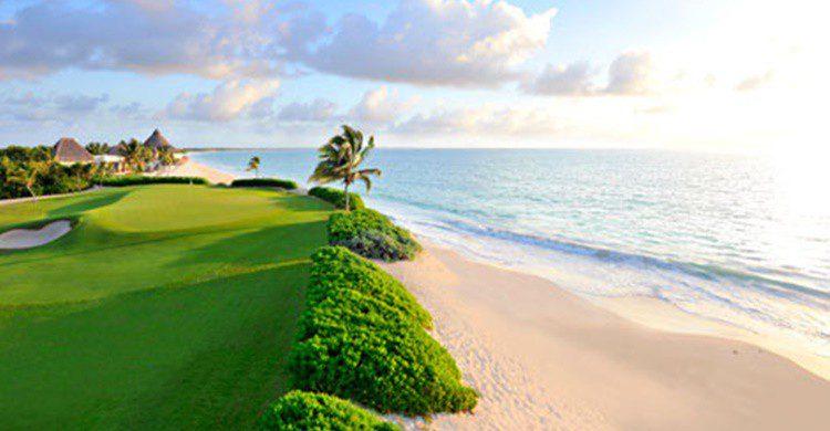 El green, junto a la playa en el Camaleón Mayakoba (http://www.mayakobagolf.com)