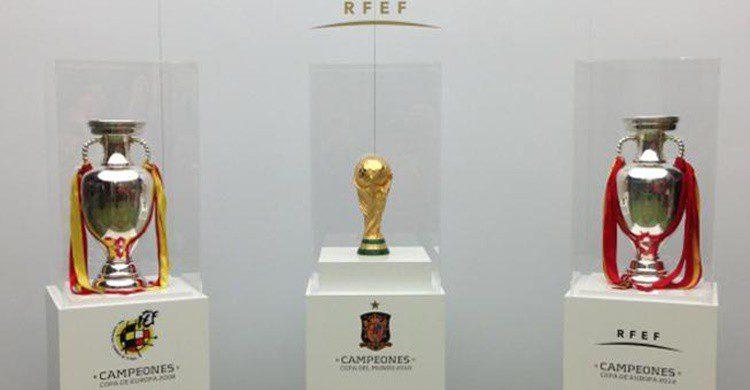 La Coma del Mundo y dos Eurocopas, en el museo de la selección española (http://cdn2.sefutbol.com/sites/default/files/n/trofeos_0.jpg)