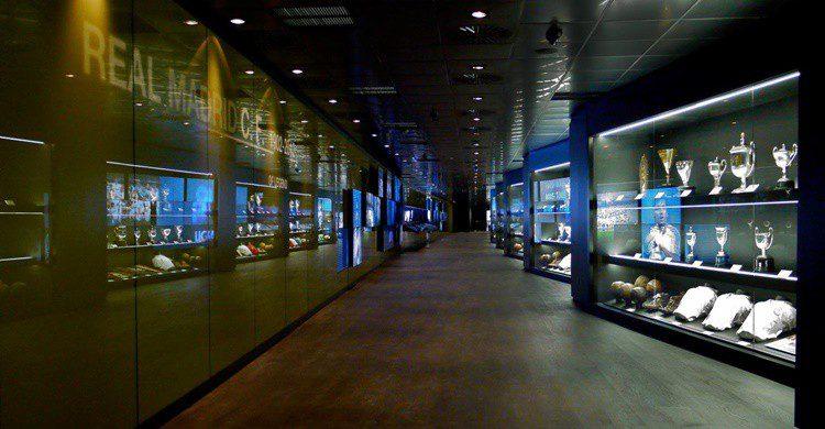 Una de las salas del museo del Bernabéu (http://www.realmadrid.com/cs/Satellite?blobcol=urldata&blobheader=image%2Fjpeg&blobkey=id&blobtable=MungoBlobs&blobwhere=1203356345960&ssbinary=true)