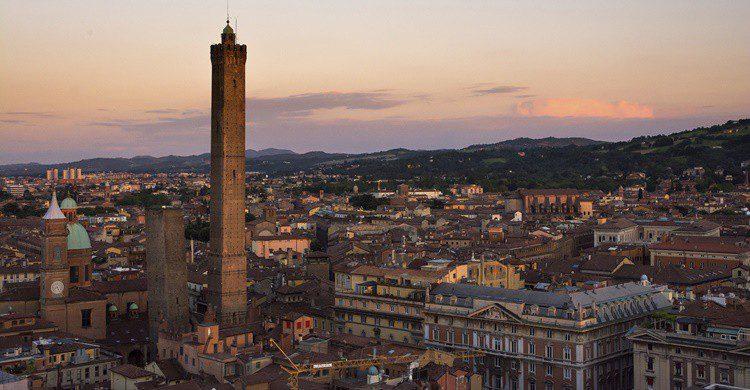 Las dos torres de Bolonia, destacadas en el 'skyline' de la ciudad. Starmaro (iStock)