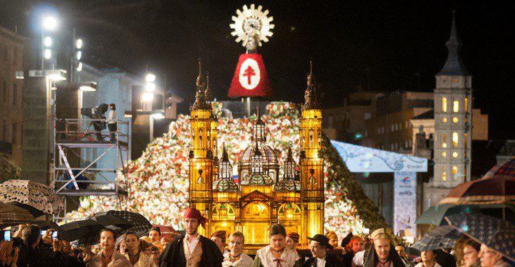 Imagen de la ofrenda floral en la plaza del Pilar de Zaragoza. EduNavarro (iStock)