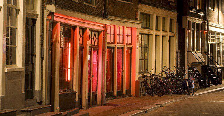 Escaparates en el Barrio Rojo de Amsterdam. Massimo Catarinella (iStock)
