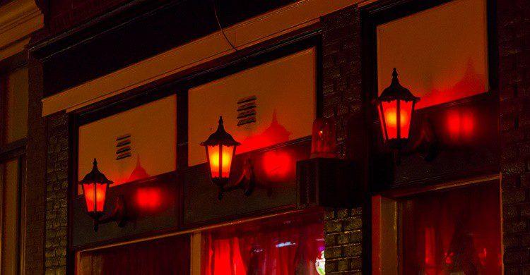 Farolas características en el Barrio Rojo de Amsterdam. Toxawww (iStock)