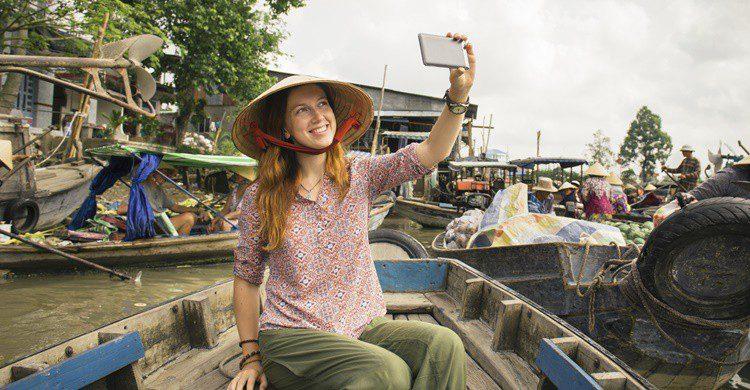 Turista en mercado flotante de Vietnam. Gilitukha (iStock)