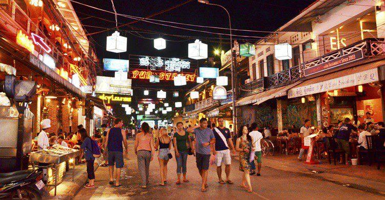 Calle en Camboya de noche. Siraanamwong (iStock)