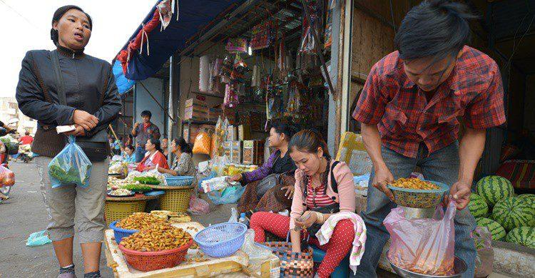 Mercadillo de insectos en Laos. OscarEspinosa (iStock)