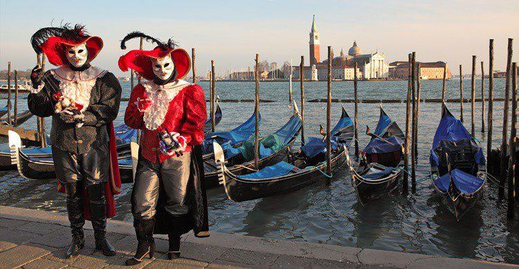 Hombres disfrazados en Venecia. Rglinsky (iStock)