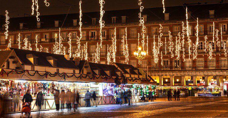 Plaza Mayor de Madrid con sus tradicionales puestos de Navidad. JoseIgnacioSoto (iStock)