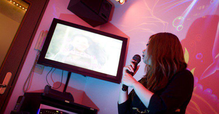 Interior de un karaoke. Bbossom (iStock)