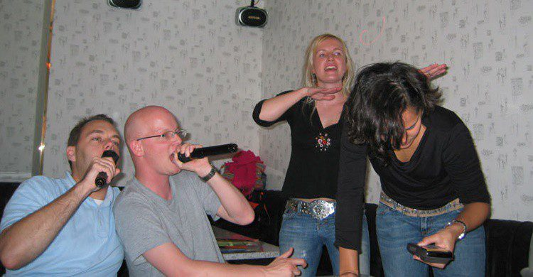 Occidentales en un karaoke. Peter (Flickr)
