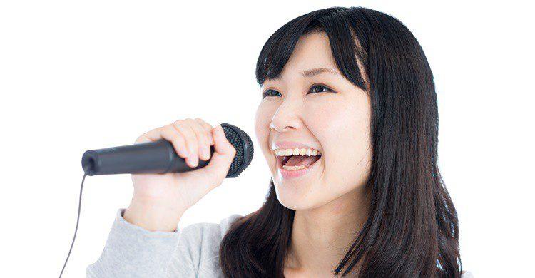 Joven japonesa cantando. Violet-blue (iStock)