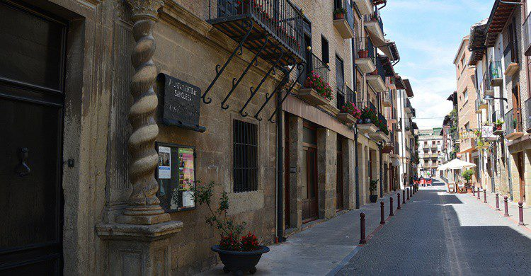 Calle de Sangüesa, con uno de sus palacios a la izquierda. Miguel Ángel García. (Flickr)