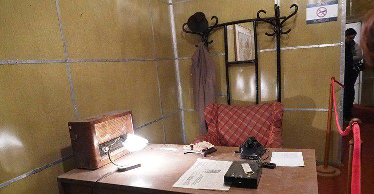 Despacho de Enver Hoxha (Clay Gilliland, Wikimedia)