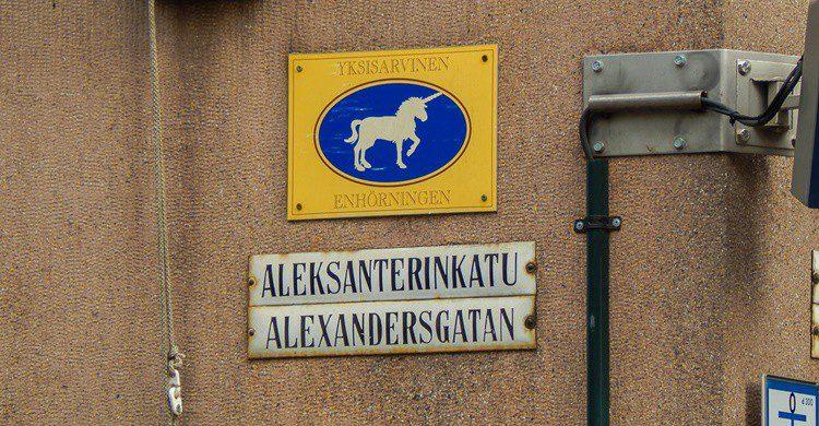 Un unicornio en una calle de Helsinki. (http://travel-cam.net/img/art_opis/246-055.jpg)