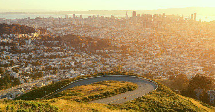 Subida a una de las colinas Twin Peaks de San Francisco. rabbit75_ist (iStock)