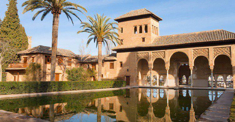Jardines en la Alhambra. Zakochana (iStock)