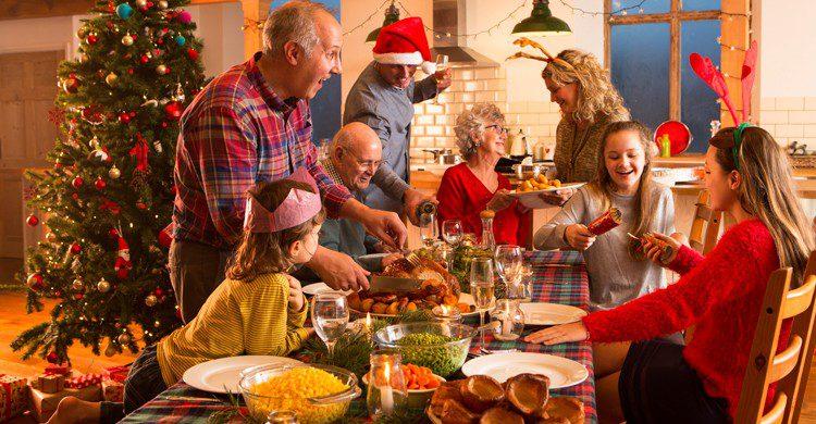 Si tienes que pasar las navidades en otro país, una buena solución puede ser llevar allí a tu familia (iStock)