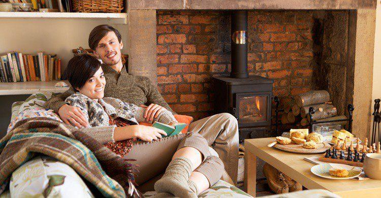 Enamorados en una casa rural. Omgimages (iStock)