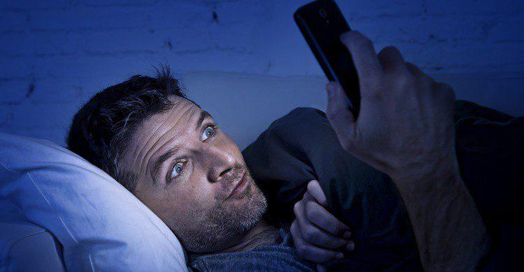 Hombre usando el móvil. OcusFocus (iStock)