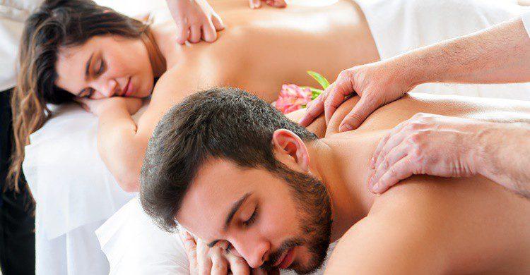 Pareja relajándose con un masaje. Karelnoppe (iStock)