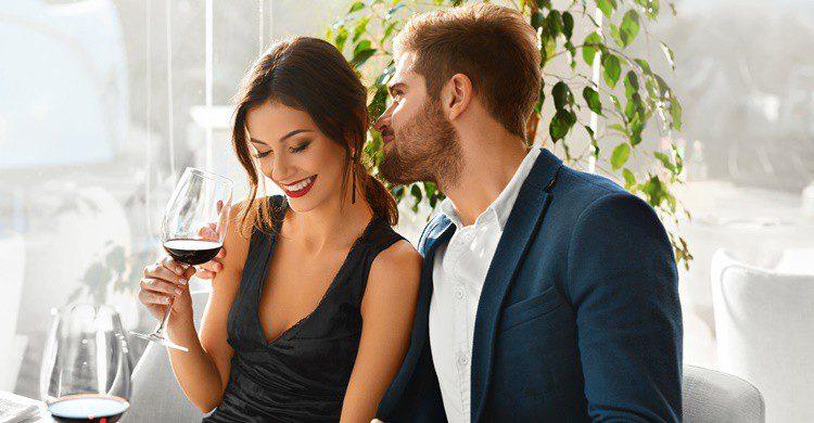 Enamorados y vino, una buena combinación. Puhhha (iStock)