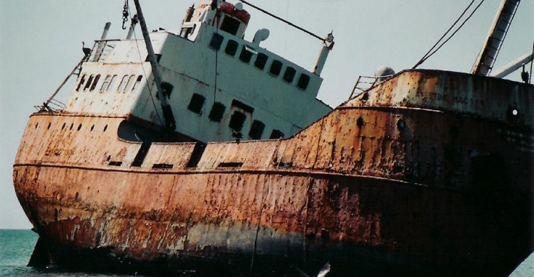 Barco encallado (ClatieK, Foter)