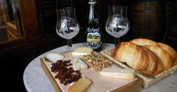 Tabla de quesos acompañada de tripel karmelit (Cervecería Oldenburg, Facebook)