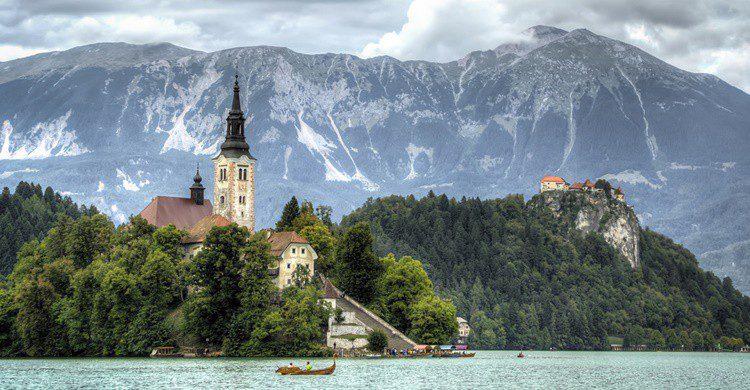 Vista en primer término de la isla de Bled y de fondo los Alpes Julianos. Vicente Villamón (Flickr)